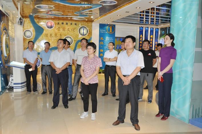 县政协副主席刘香初带领政协部分委员参观海汇集团文化展厅