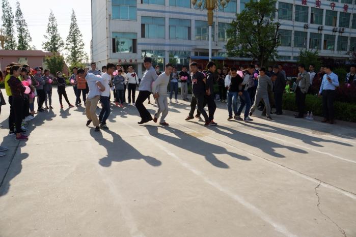 海汇集团职工运动会 趣味运动乐翻天 团队协作展风采--带球跑