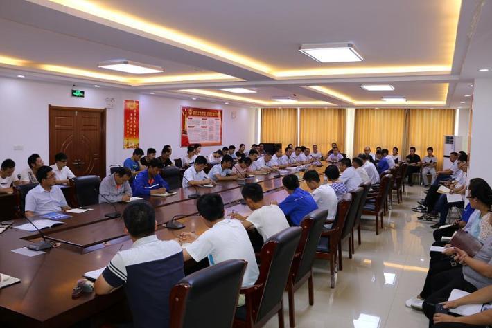 """7月3日,海汇集团在三楼会议室组织召开了""""PPT制作与讲解比赛""""专题会议,集团18个单位的主要负责人带领各单位主要参赛人员共计68人参加了此次会议。"""